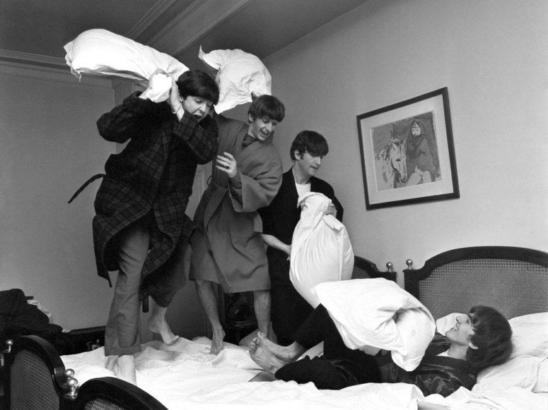 Perang bantal setelah mendengar kabar bahwa lagu mereka menduduki peringkat pertama tangga lagu di AS.