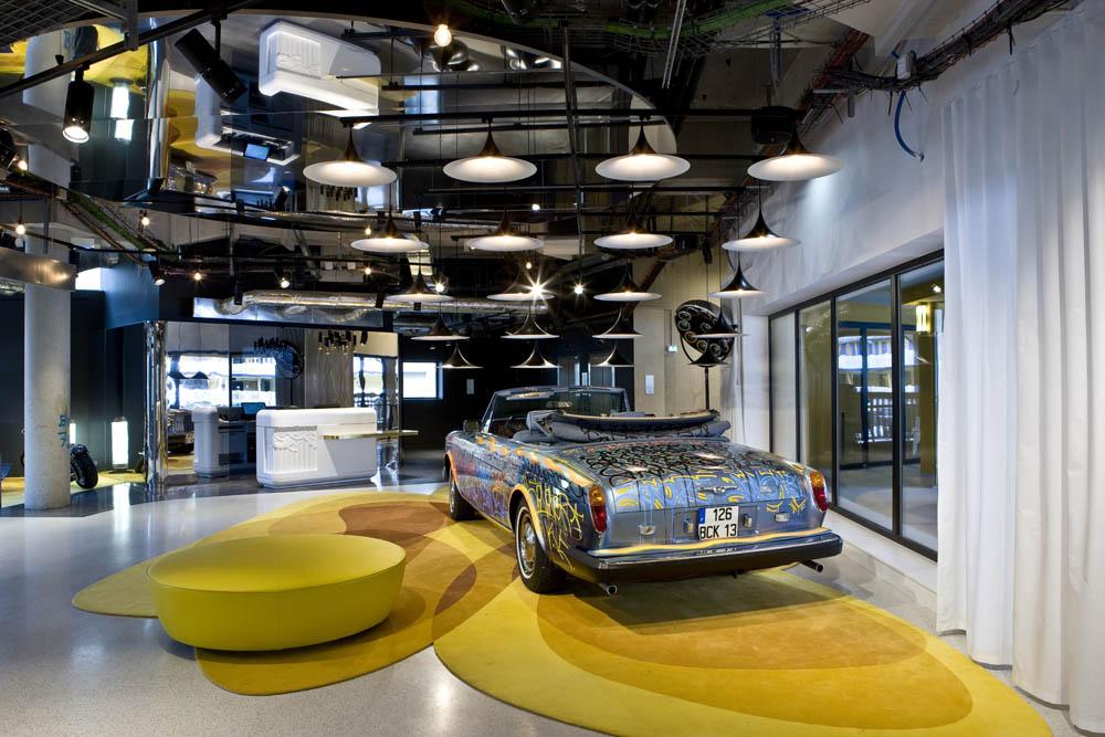 Area lobi Hotel Molitor yang disulap mirip galeri seni.