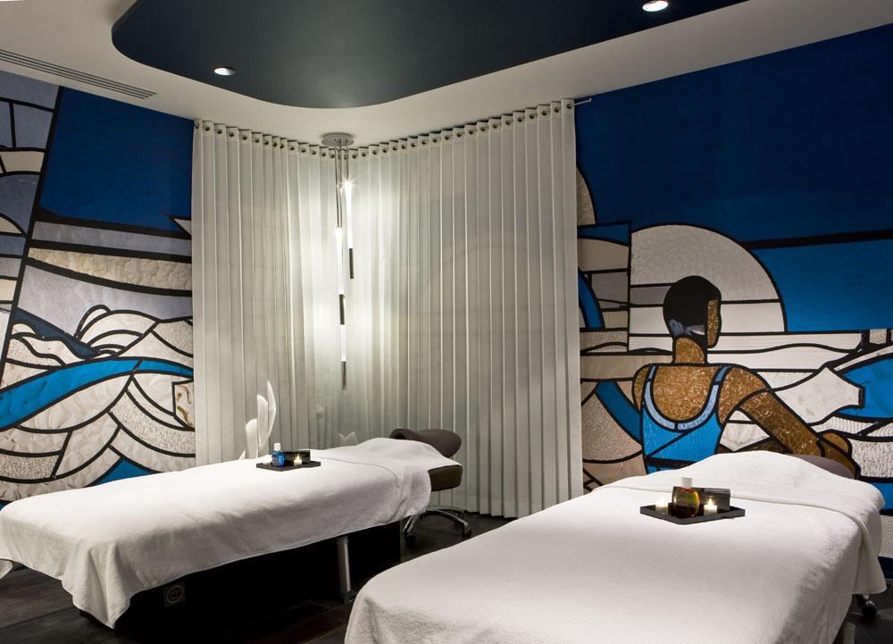 Ruang spa Molitor dengan desain unik dan menawan.