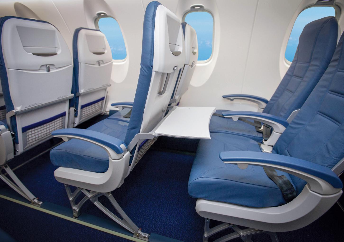 Kabin CRJ1000 dengan ruang kaki cukup lapang dan ruang penyimpanan luas.