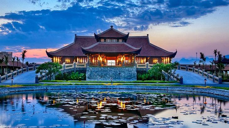 Fasad Emeralda Resort dengan nuansa desain tradisional.