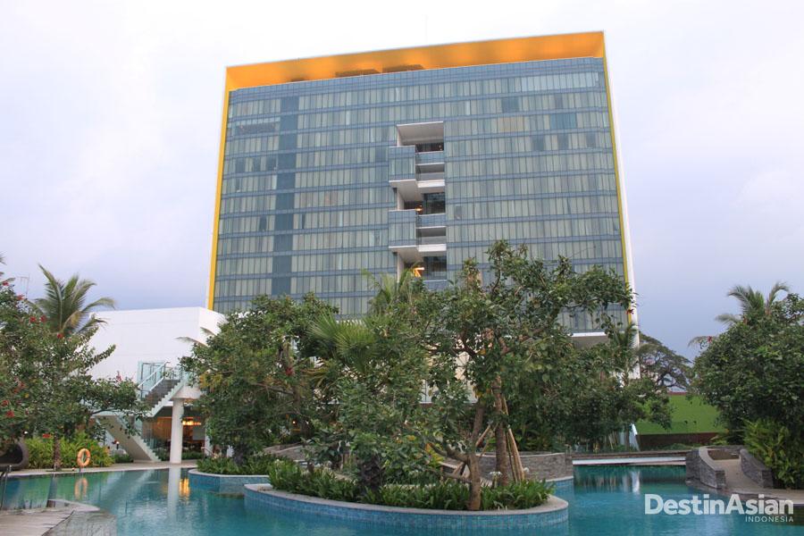 Fasad DoubleTree by Hilton Jakarta dari sisi kolam renang.