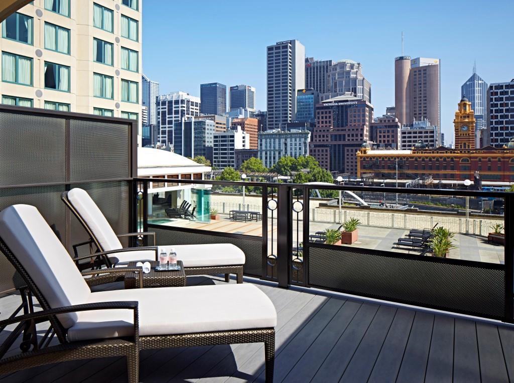 Balkon privat seluas 19 meter persegi dengan pemandangan kota Melbourne.