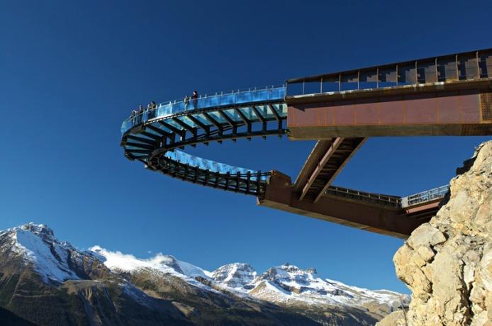 Glacier Skywalk tergantung setinggi 300 meter.