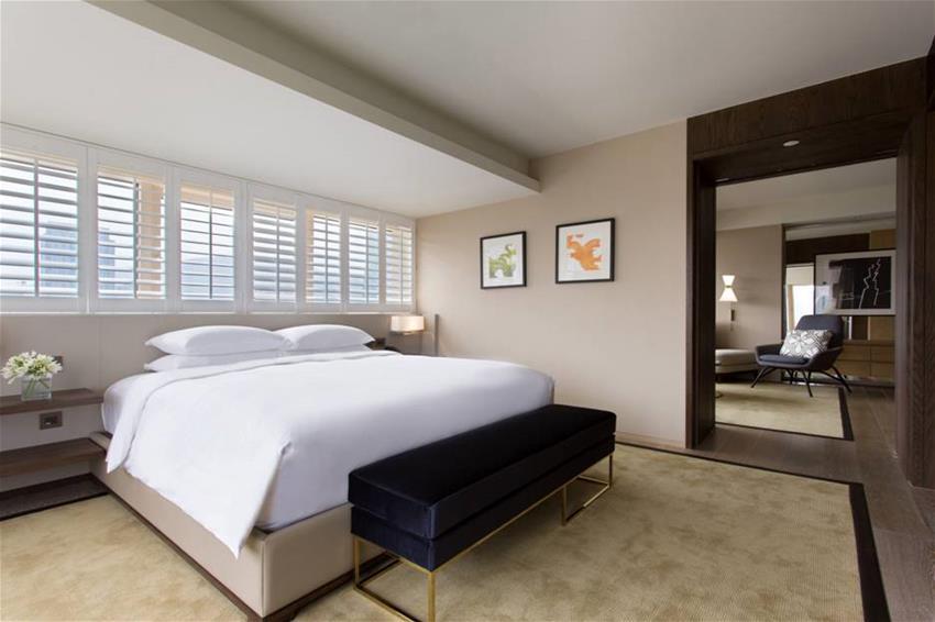 Desain kamarnya memadukan gaya barat dan timur.