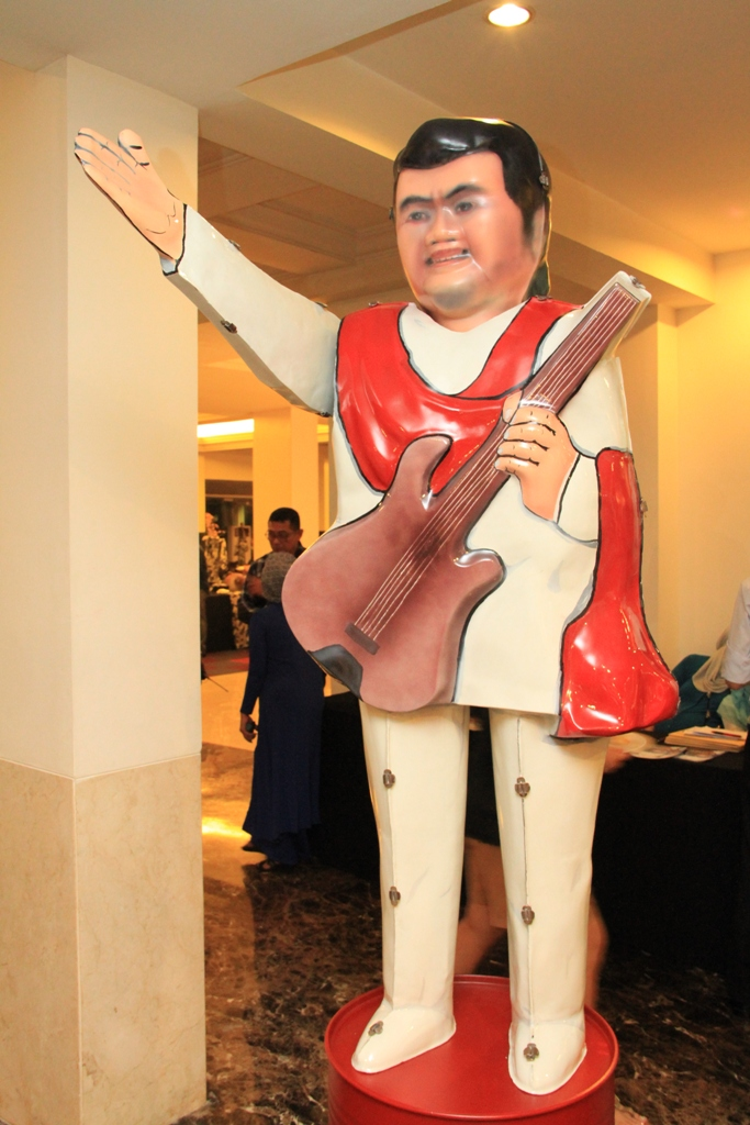 Instalasi seni berbentuk penyanyi dangdut legendaris Indonesia, Rhoma Irama.