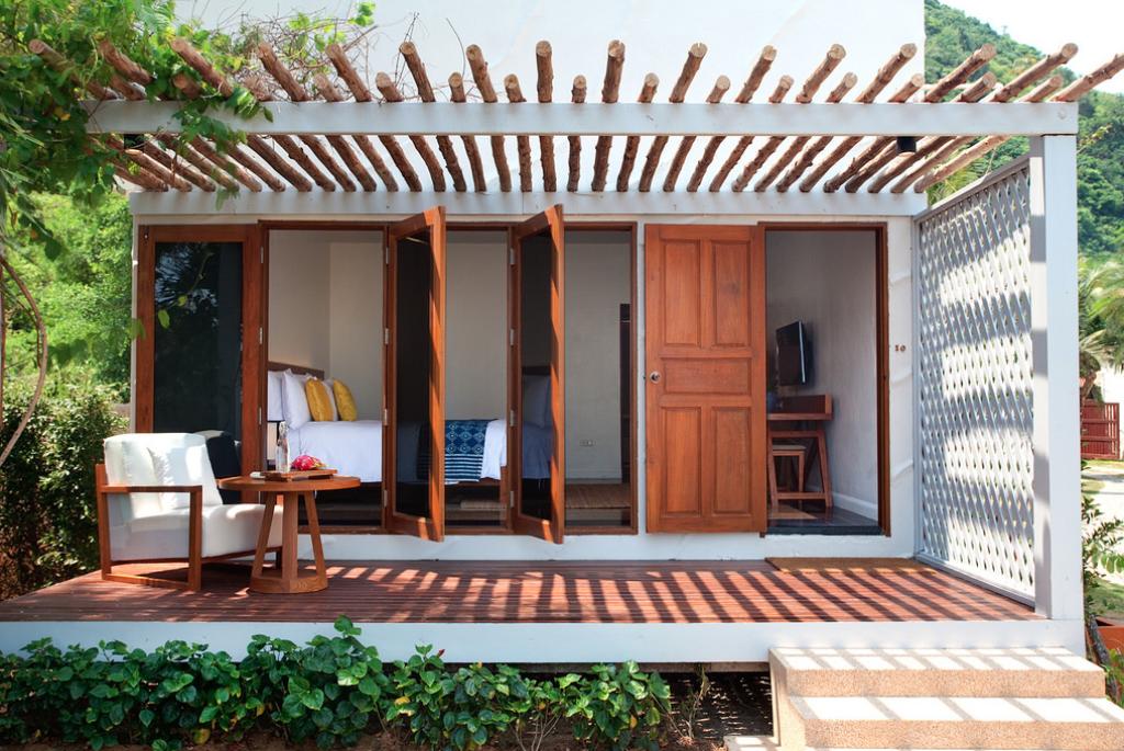 Kamar tipe bungalo dengan akses langsung ke taman.