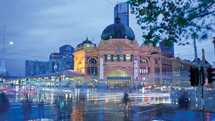 Flinders Street  Railway Station, stasiun utama  yang menghubungkan semua jalur komuter di Melbourne.