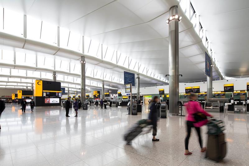 Terminal 2 dengan pencahayaan natural maksimal.