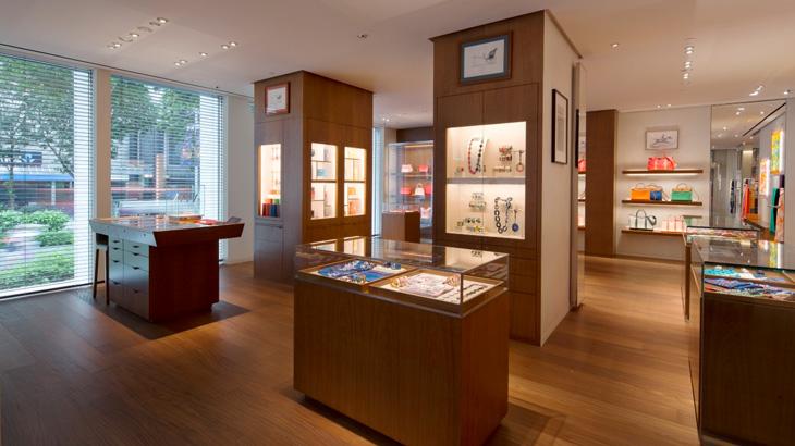 Interiornya kini lebih dewasa dengan penggunaan material kayu yang dominan.