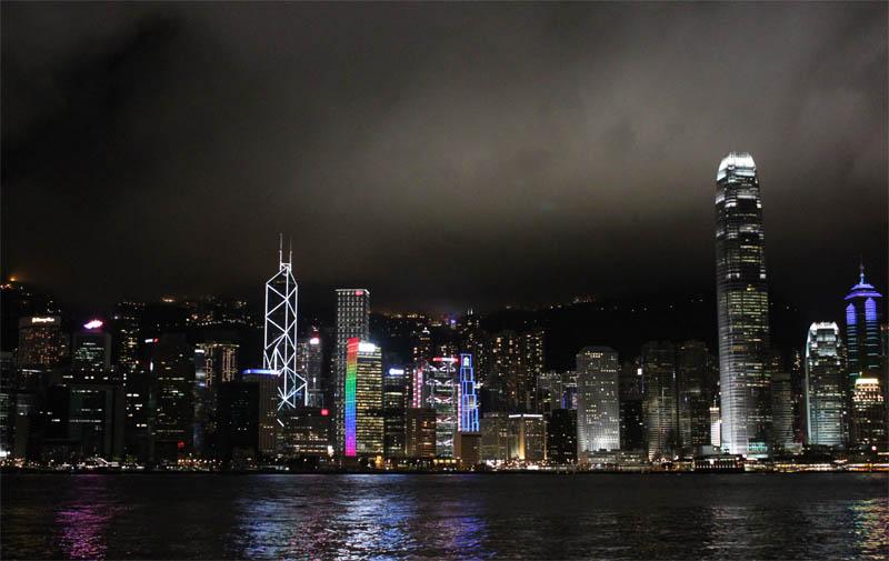 Lanskap kota Hong Kong di malam hari.