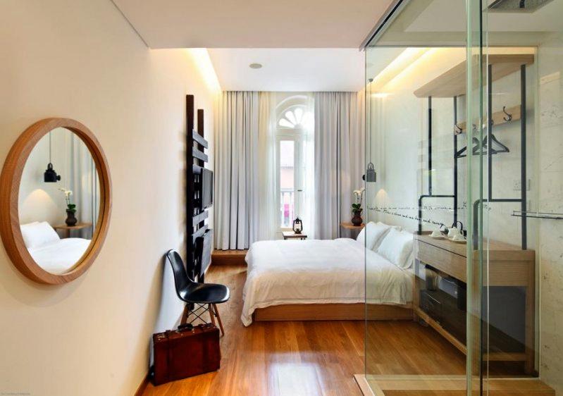 Kamar tipe Lavish Suite dengan jendela besar.