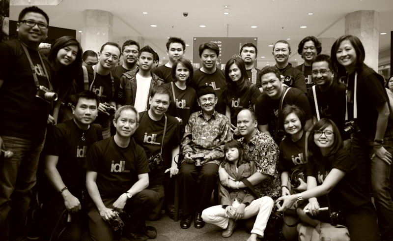 Sejumlah anggota Indonesia Leica Enthusiast Community dalam acara pameran foto yang dihadiri oleh mantan Presiden Habibie.