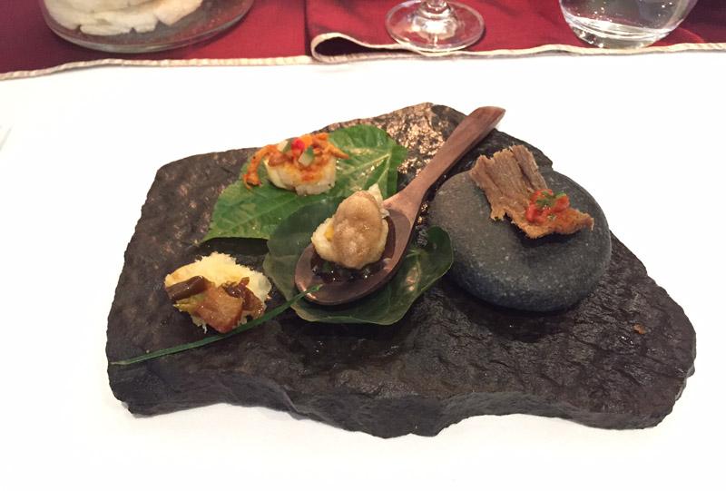 Hidangan pempek Palembang, dendeng balado, dan ketan ayam kreasi Felix yang disajikan sebagai amuse bouche di restoran Sriwijaya.