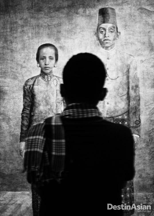 Seorang pengunjung di Galeri Nasional.