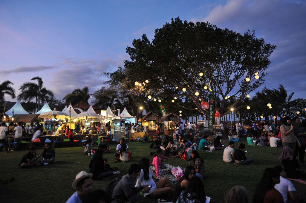 Jazz Market selain menampilkan konser musik juga bazar.