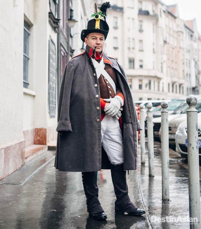 Seorang pria dengan kostum prajurit kavaleri dalam peringatan Revolusi Hungaria.