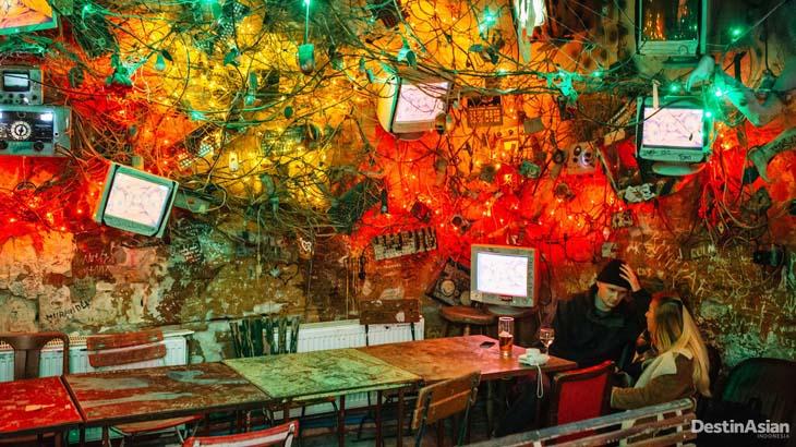 Interior salah satu kafe di Szimpla Kert, tempat hangout yang menginspirasi istilah