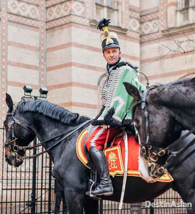 Penduduk lokal lengkap dengan seragam khas siap memperingati Revolusi Hungaria.