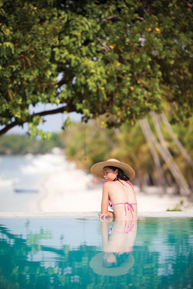 Tamu berendam di kolam renang di Amorita.