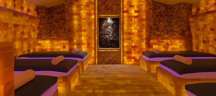 Interior spa yang menggabungkan unsur modern dan lokal.