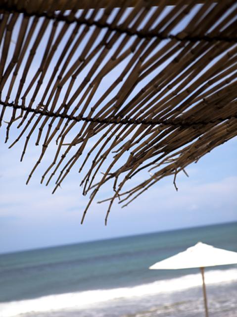 Penggunaan atap ilalang dan material dari bambu menambah kesan eksotis.