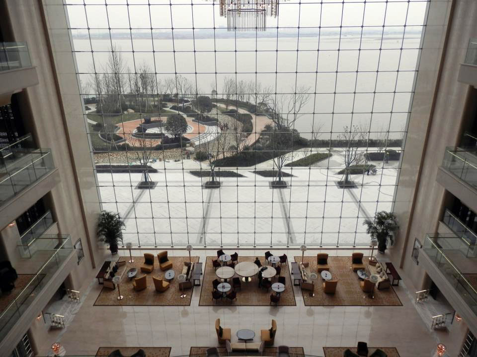 Lobby Lounge dengan jendela raksasa menawarkan pemandangan Danau Tai.