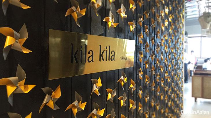 Hiasan dinding berupa ratusan kincir angin kertas yang menyambut tamu.