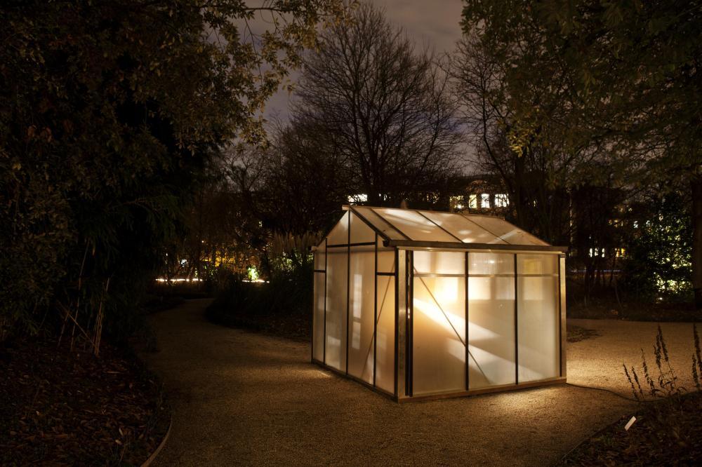 Instalasi seni berjudul Light A la Draftsman II karya Andre Droes yang dipasang di sebuah taman di pusat kota Amsterdam. (Foto: Janus Van Den Eijnden)