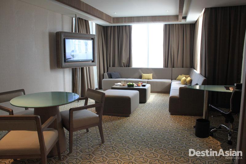 Living room di kamar tipe Superior Suite.