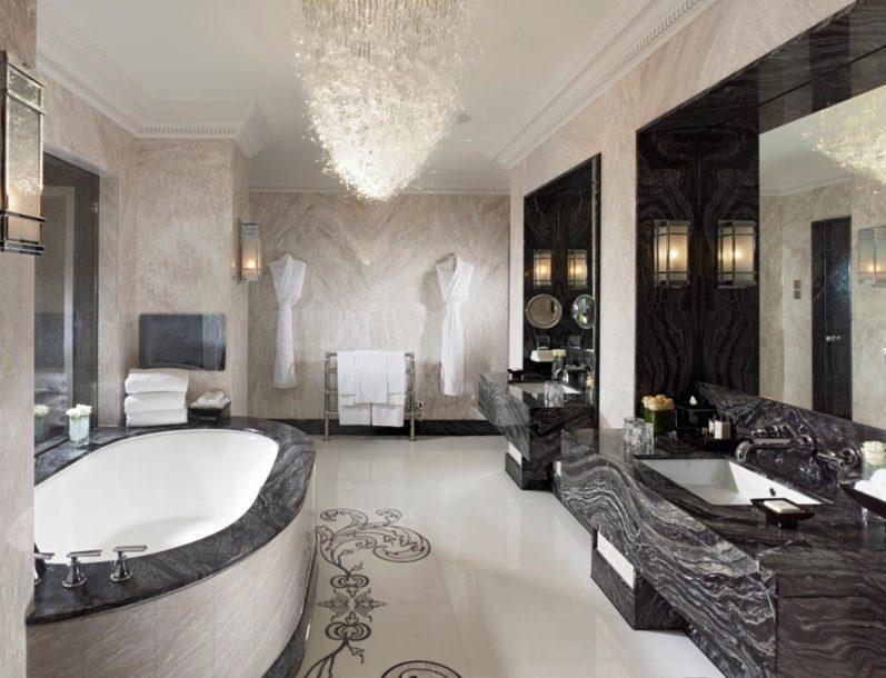 Kamar mandi di kamar Royal Suite.