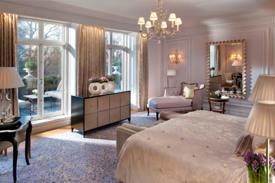 Tempat tidur di kamar Royal Suite.