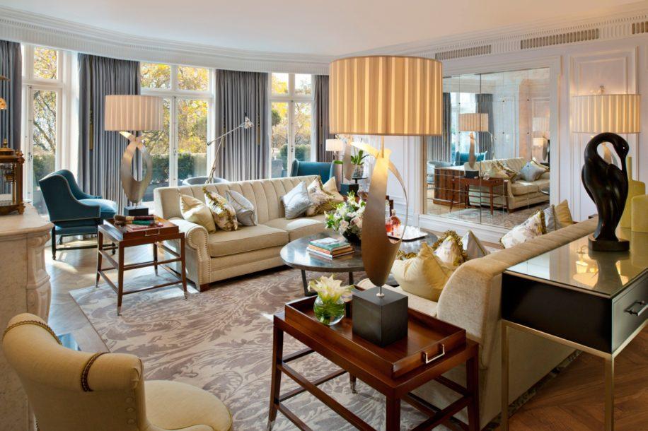 Ruang tamu di kamar Royal Suite.