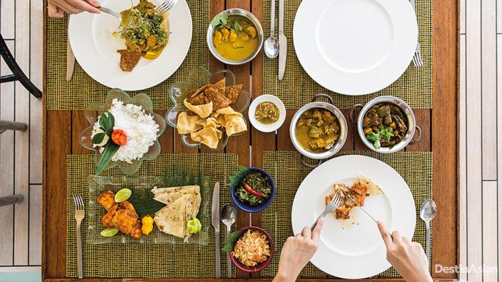Makan siang mewah disajikan oleh tim dapur Four Seasons Explorer.