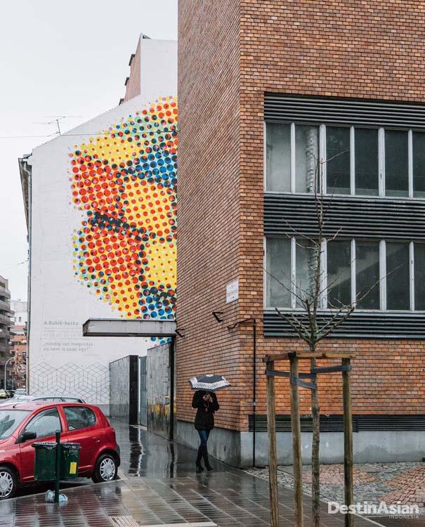 Mural yang melebur dengan bangunan umum adalah ciri khas distrik trendi.