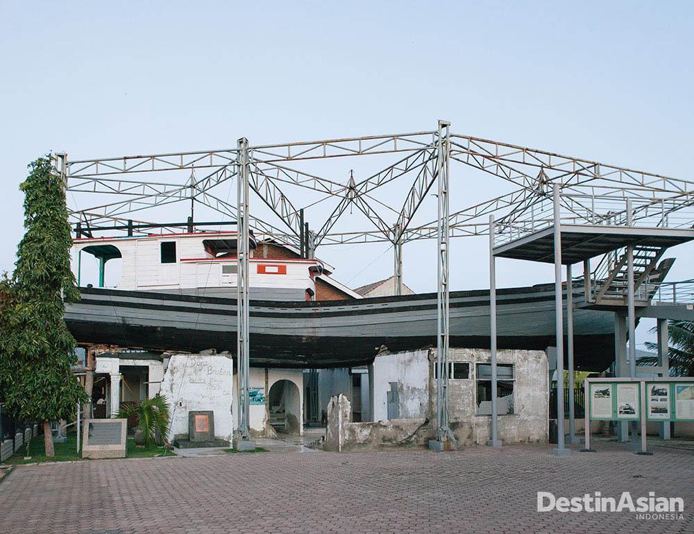 Perahu yang menyelamatkan 59 orang dari tsunami masih teronggok di atap rumah dan dijadikan monumen.