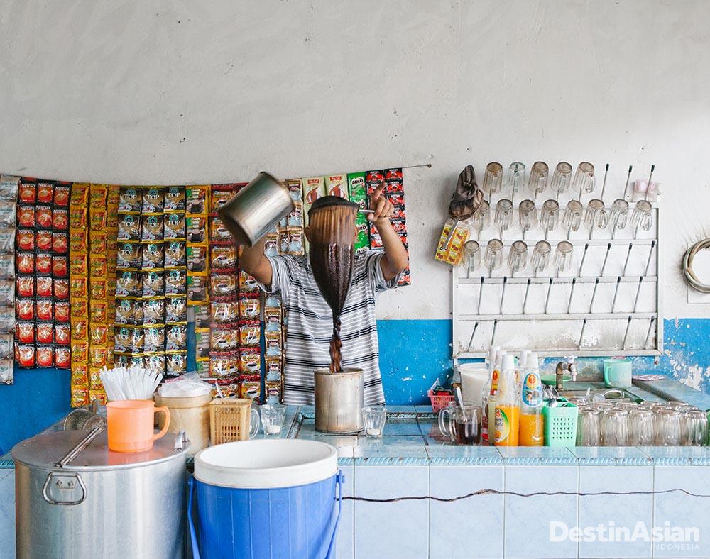 Kopi, minuman favorit di Aceh. Ada banyak warung kopi seperti ini di Serambi Mekkah.