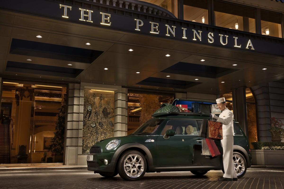 Selain pameran foto, turis juga bisa menikmati gala dinner atau menginap ala James Bond di Hotel The Peninsula Hong Kong.
