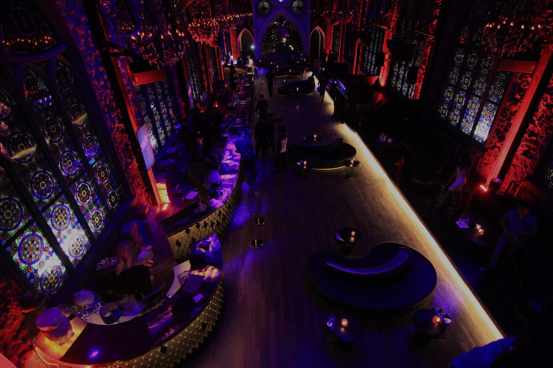 Interior Mirror dengan desain yang terinspirasi katedral kuno. (Foto: Mirror-All In)