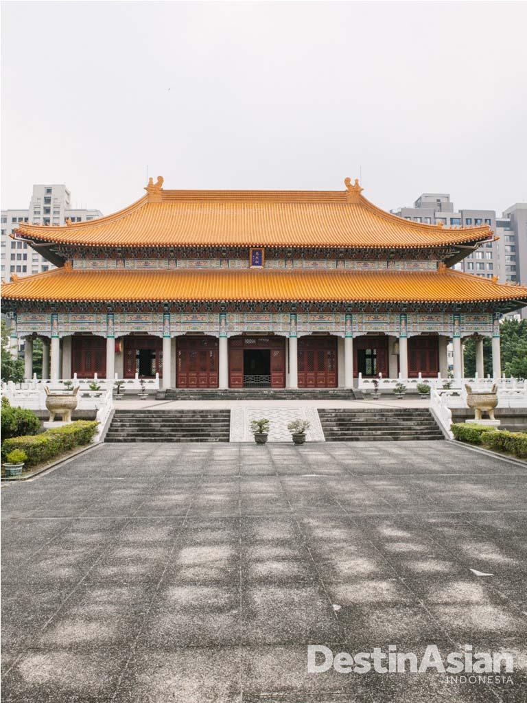 Kuil tua yang berada di tengah kota yang juga menjadi daya tarik wisatawan.