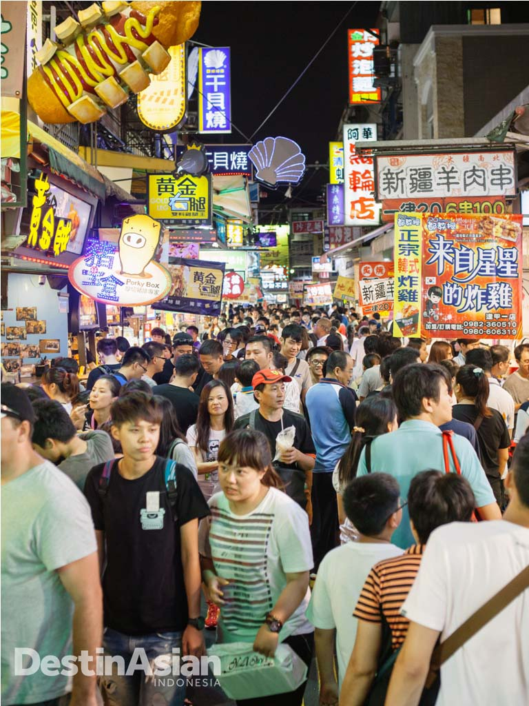 Pasar malam Feng Chia, wadah idel untuk bertemu warga dan mencicipi camilan lokal.