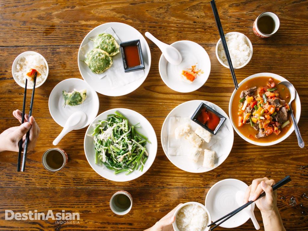 Menu lokal di Xiang Tang Ji, restoran keluarga di lereng bukit yang menatap kota.