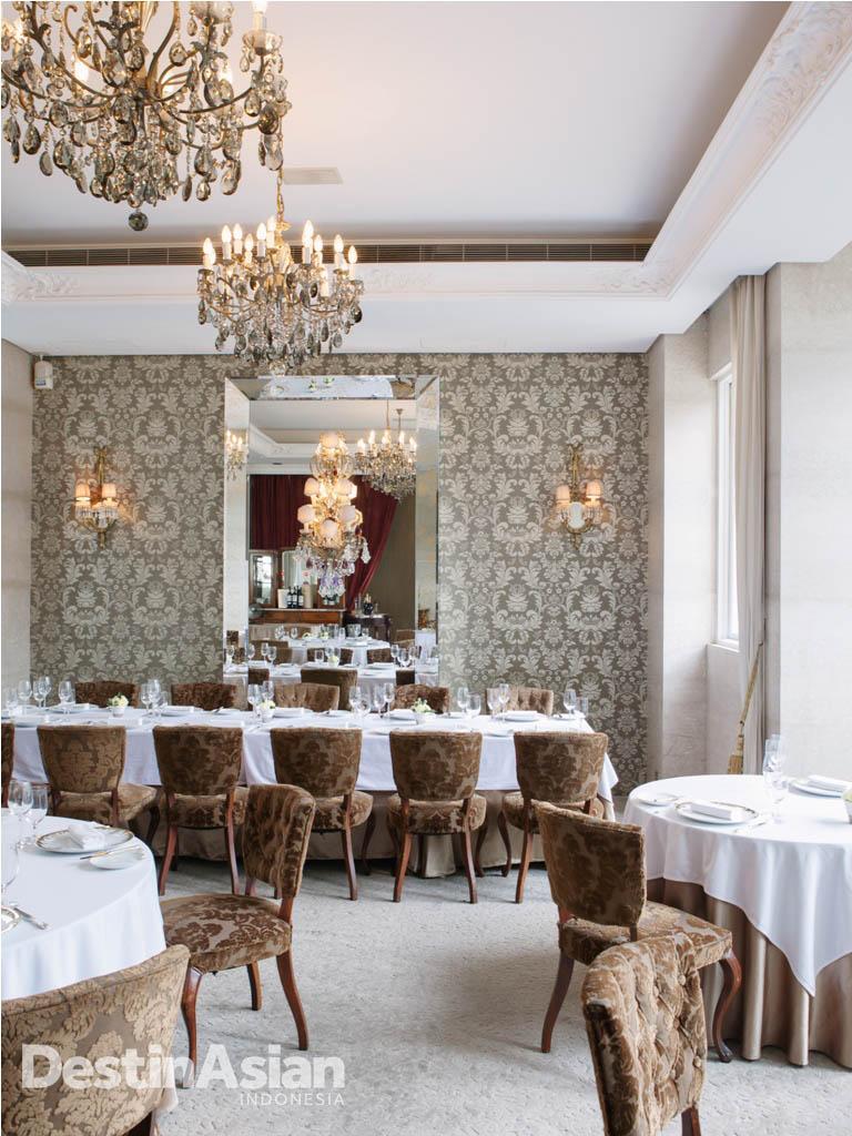 Interior Le Mout dengan gaya khas restoran Prancis yang elegan.