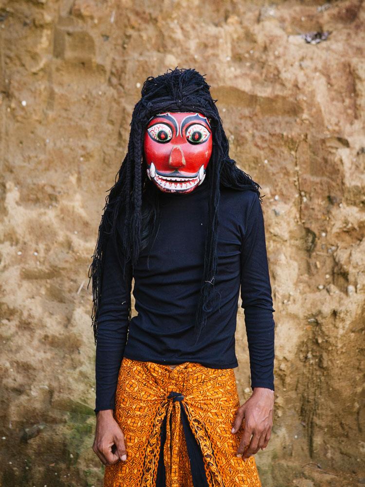 Seorang pria yang siap menampilkan kesenian tari khas Jawa.