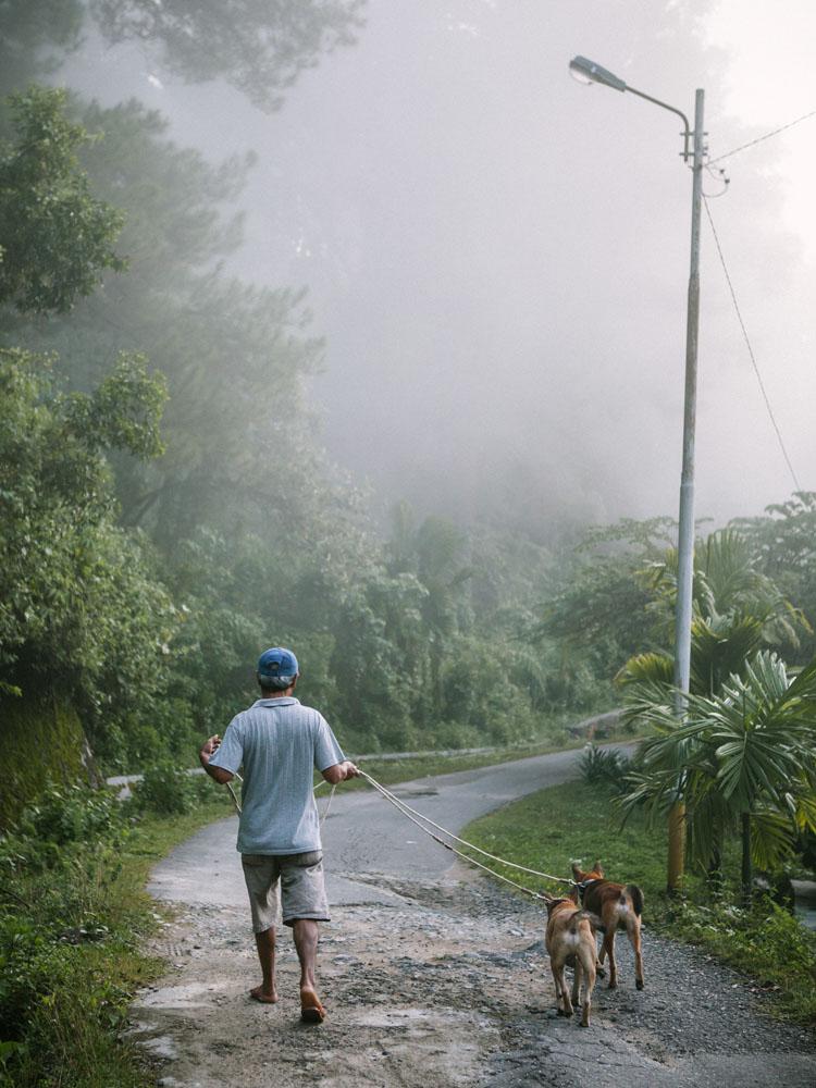 Seorang penduduk dengan anjing pemburu miliknya.