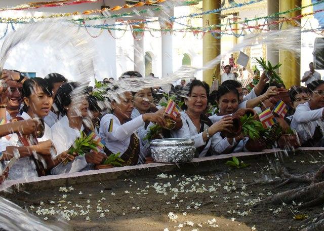 Ritual menyiram air dari kendi tanah liat ke pohon Bodhi yang biasanya ada di setiap kuil. (Foto: Dinas Pariwisata Myanmar)
