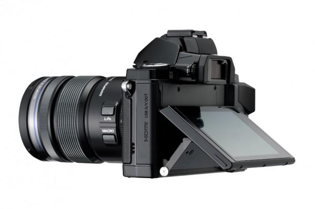 Layar bisa digerakkan untuk mempermudah pengambilan gambar.