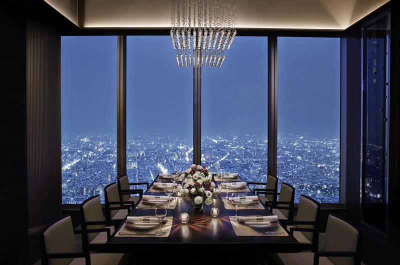 ZK Restaurant menawarkan hidangan berkualitas prima dan pemandangan kota yang menakjubkan.