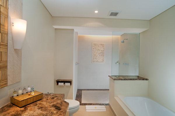 Kamar mandi elegan di dalam kamar.