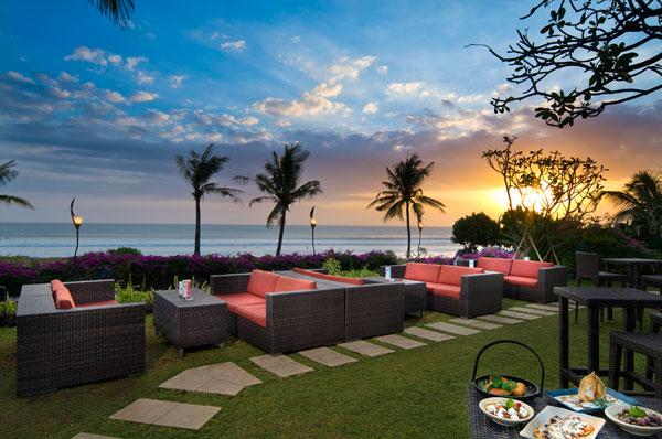 Sunset Bar, tempat menikmati mentari tenggelam di Padma Resort Bali at Legian.